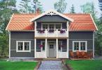 Med hjälp av en mörkare grå färg framhävs strukturen på träet som på detta huset ligger i olika riktningar. Färgen som huset på bilden är målad med kommer från Happy Homes.