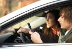Person skickar SMS och kör bil