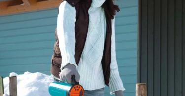 För att minska halkrisken gäller det att sprida ut salt, småsten, sand eller grus på garageuppfarter, gångar och trappor. Gardenas nya handspridare har ett smart doseringssystem som gör det lätt att få ut rätt mängd.