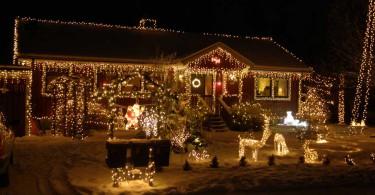 Björn börjar designa sitt julhus redan i början av oktober.