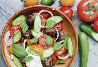 Lammköttbullar med tomatsallad och basilikayoghurt