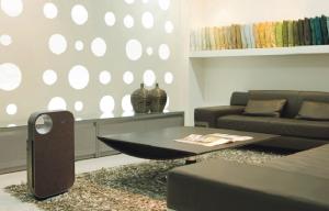 Den effektiva luftrenaren Coway AP – 1008DH med prisbelönt design i läder. Har förmågan att kunna läsa av luftrenligheten i ditt hem och ställer automatiskt in sig på den nivå som behövs för just den miljö. Rekommenderad av Astma- och Allergiförbundet samt det Brittiska Allergiförbundet.