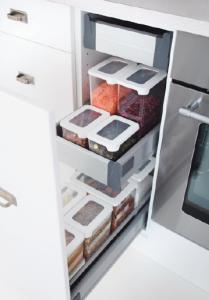 Stapelbara GastroMax matförvaring är en ny genomtänkt serie burkar, skapade för praktisk förvaring av torr- respektive kylvaror, formgivna av den välrenommerade designbyrån Pentagon Design. Burkarna för torrförvaring finns i fyra storlekar och passar skafferiets olika typer av matvaror.