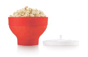 En revolutionerade Popcorn Maker från Lékué. Man lägger torkade majskorn i botten och sedan poppar man dem med locket på i mikrougnen. Man väljer själv om man vill poppa med eller utan olja och oljan väljer man själv. Popcornen kan sedan smaksättas och kryddas efter egen smak.