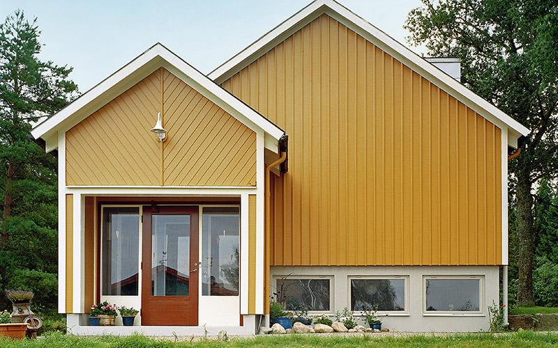 Ett hus som är omgivet av natur blir oftast vackrast i gult, mörkrött eller dovt grönt, eftersom den svenska naturens färger drar mest åt gult. denna naturliga färgskala i särklass vanligast