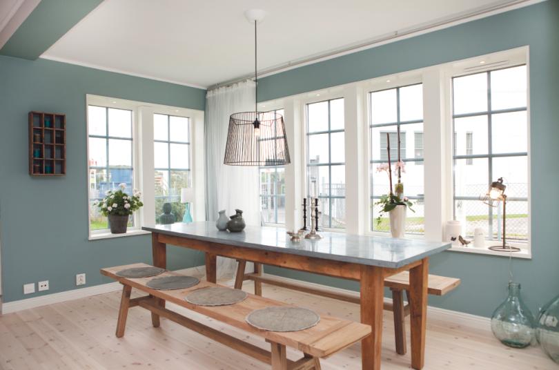 Kök med långbord och stora fönster
