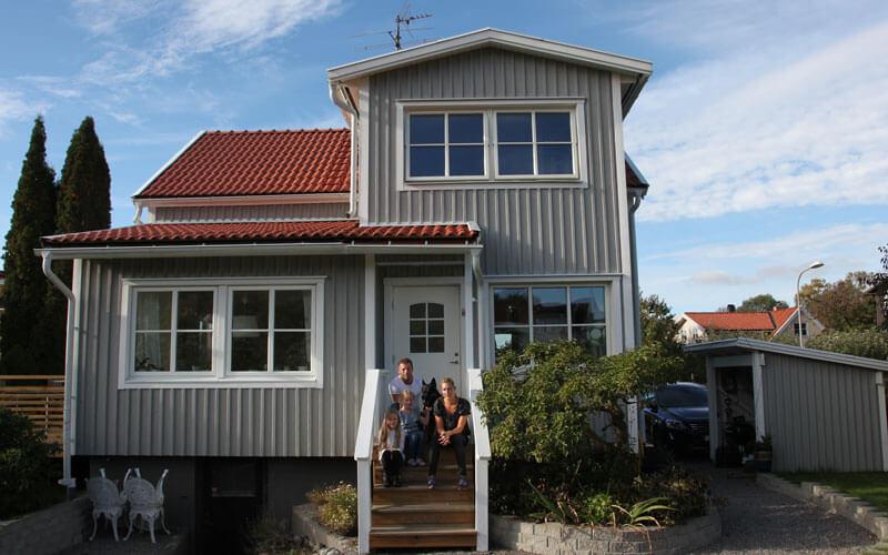 Familjen Oldaeus framför sin villa