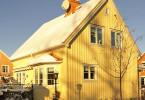 Hus med snö på taket