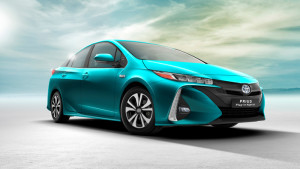 Laddhybridversionen av nya Toyota Prius visades för första gången på den internationella bilsalongen i New York i slutet av mars. Den har en rad tekniska innovationer, som t ex solcellsladdning och eldriven värmepump. Med en bränsleförbrukning på endast 1,4 liter/100 km blir nya Prius Plug-in Hybrid den energieffektivaste laddhybriden på marknaden.