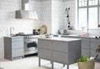 Ett ljust och och inbjudande kök i svala mellangrå toner. Fotobyline: Vedum Kök och Bad