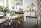 Bistrotrenden är het. Köket får gärna ha öppna hyllösningar, med något rörigt intryck. Det bidrar bara till den personliga känslan.Foto: Marbodal