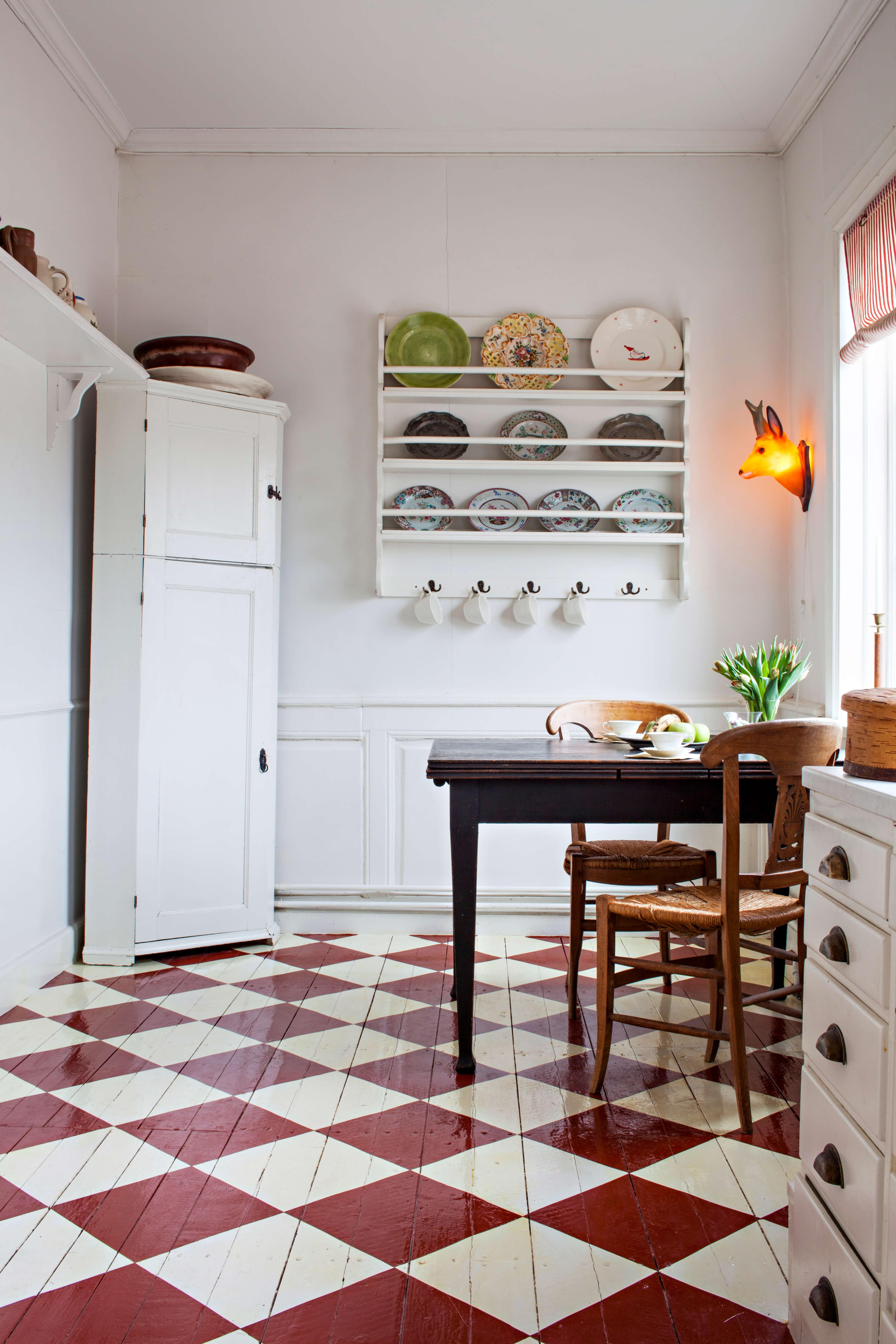 Varför inte måla golvet? Här ett rutigt golv målat i rött och vitt. Foto: Klas Sjöberg/Beckers