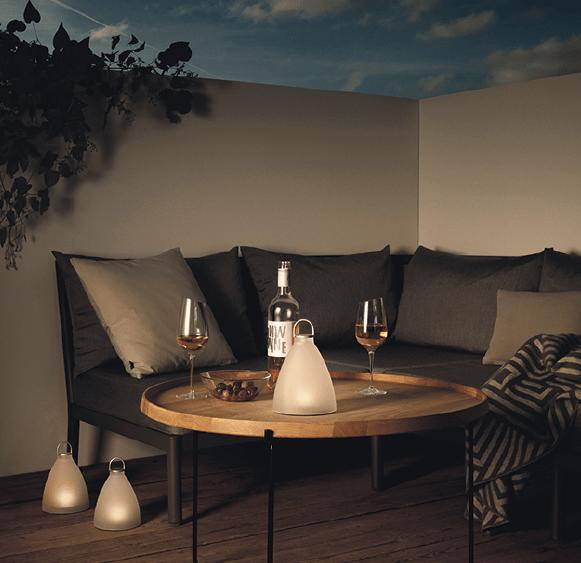 SunLight Bell är energisparande, 100 % soldriven och ger en dämpad belysning utomhus. Den kan användas stående på trädgårdsbordet eller hängas upp av ringen som finns på toppen av lampan. Foto: Eva Solo